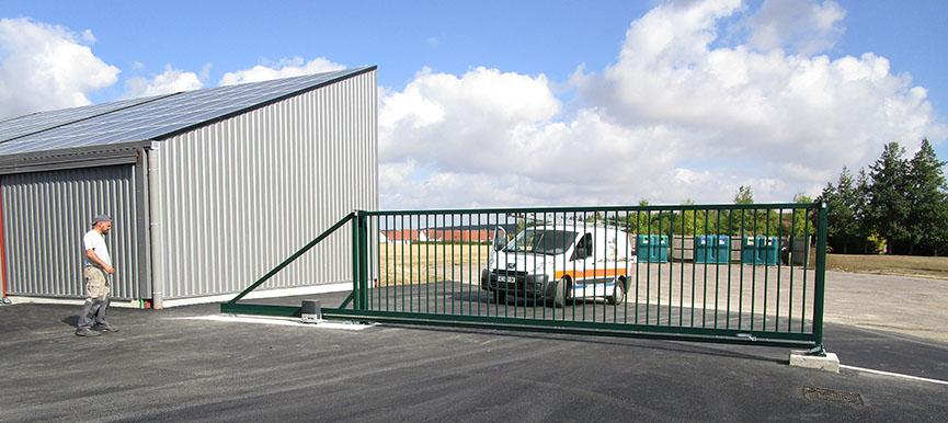 portail coulissant en acier et motorisé à Brécy
